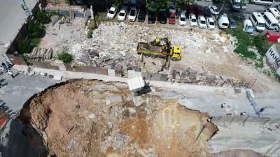 Ümraniye'de göçük altında kalan son aracın kurtarılması havadan görüntülendi