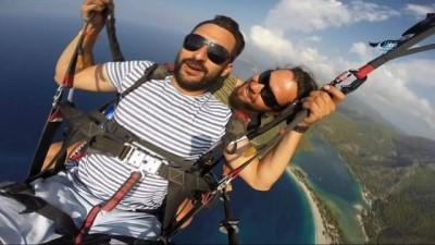 Paraşütle ilk defa atlayan tatilcinin görüntüleri güldürdü
