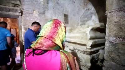 Aziz Nikolaos'a dua edip dilek tutuyorlar - ANTALYA