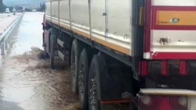Şiddetli yağış nedeniyle araçlar yolda mahsur kaldı, yollar göle döndü