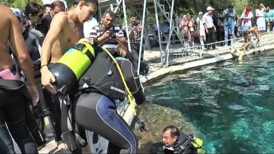 Milletvekilinden su altında Zafer Bayramı kutlaması