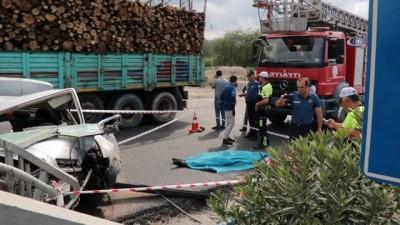 """""""Hız yolu değil, hayatı kısaltır"""" pankartı bulunan üst geçide çarpan sürücü hayatını kaybetti"""