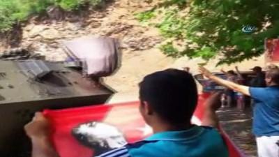 Terörist avından dönen askerlere sevgi gösterisi