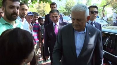 TBMM Başkanı Yıldırım, vatandaşlara simit dağıttı - ANKARA
