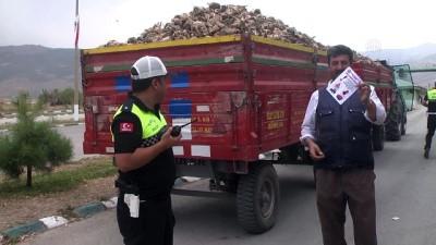 Trafiği aksatan traktörler denetleniyor - MUŞ