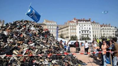 - Fransa halkı bombalara tepki çekmek için ayakkabı fırlattı