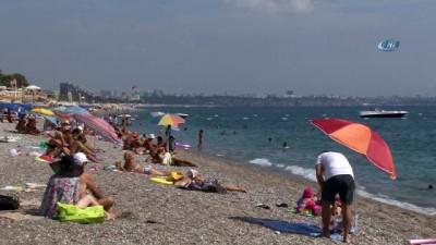 Türkiye kasırgaya hazırlanırken Antalya güneşin ve denizin tadını çıkartıyor
