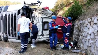 Devrilen tırın sürücüsü hayatını kaybetti - BOLU