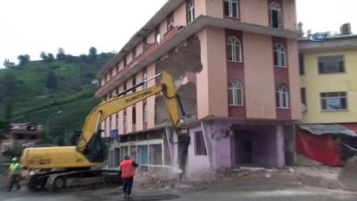 Dere yatağındaki 7 katlı binanın yıkımının ardından 4 katlı bina da yıkıyorlar