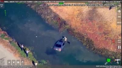 ABD'de polis takibindeki araç yoldan çıkarak suya düştü