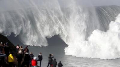 Portekiz'de devasa dalgalarla sörf keyfi