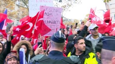 Cumhurbaşkanı Erdoğan, Fransa'da sevgi gösterileriyle karşılandı