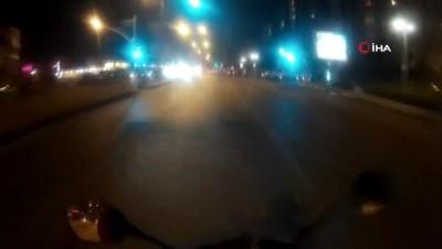 Pendik'te yolun karşısına geçmeye çalışan genç ölümden kıl payı kurtuldu...Yürekleri ağza getiren kaza kamerada