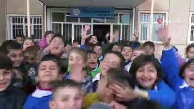 Ağrılı minik öğrencilerden Cem Adrian'a 'doğum günü' sürprizi