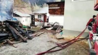 8 ev yandı - SİVAS