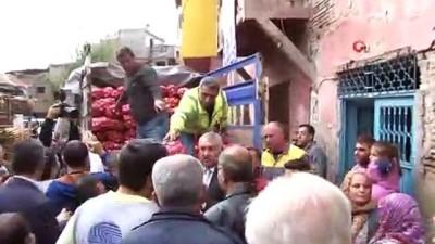 Dar gelirli ailelere 10 ton soğan dağıtıldı