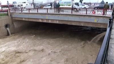 Şiddetli yağış sonrası kanal taştı, keresteci dükkanlarını su bastı