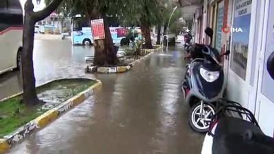 Balıkesir'de sağanak yağış sonrası caddeler göle döndü