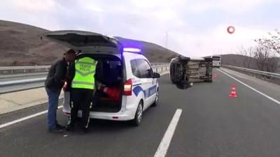 Midibüsün çarptığı hafif ticari araç yan yattı