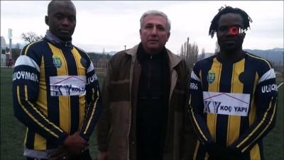 Gediz'de Afrikalı futbolcular ilgi odağı oldu