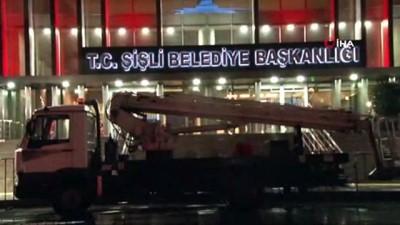 Resmi plakalı araçla CHP afişi astılar