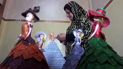 Filistinli Hena oyuncak bebekleri renkli kartonlarla giydiriyor - GAZZE