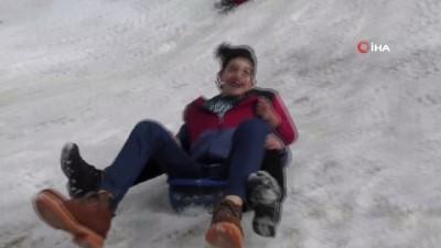 Çocukların bidonla kar keyfi