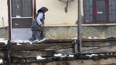 Beyşehir'de düz damlı evlerde kar temizliği