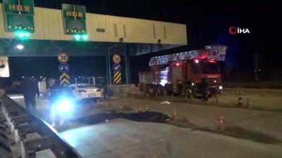 Otomobil otoban gişelerine çarptı... 2 kişi hayatını kaybetti 1 kişi yaralandı