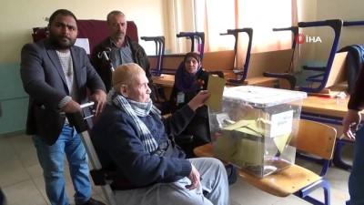 Yaşlı ve engelliler kendilerine tahsis edilen araçlarla sandık başına gitti
