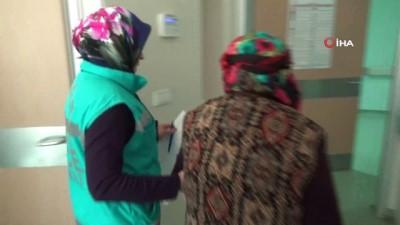 Yaşlı kadın hastaneden oy kullanmaya gitti