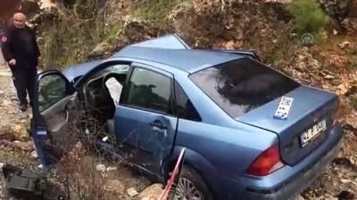 Otomobille kamyonet çarpıştı: 5 yaralı - ANTALYA