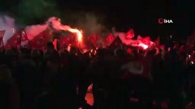 CHP'liler Cumhuriyet Meydanı'nda kutlama yaptı