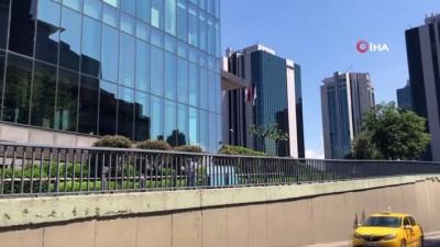 Korkuluklara bağladıkları halatla camı plazaya çektiler...'Pes' dedirten anlar kamerada