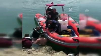 Sığ suda sıkışan yunus botla kurtarıldı - SAMSUN