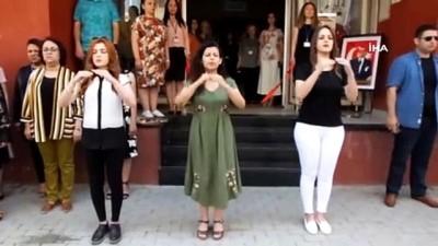 Sergi açılışında İstiklal Marşı'nı işaret dili ile okudular