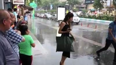Kahramanmaraş'ta sağanak yağış ve rüzgar etkili oldu... Rüzgarda şemsiyeler uçtu, vatandaşlar zor anlar yaşadı