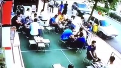 Kafede oturan müşterilerin üzerine cam parçaları düştü...O anlar kamerada