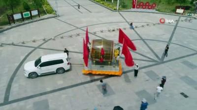 - Çinli çiftçi ülkenin kuruluşunun 70'inci yılı nedeniyle 350 kiloluk davul yaptı