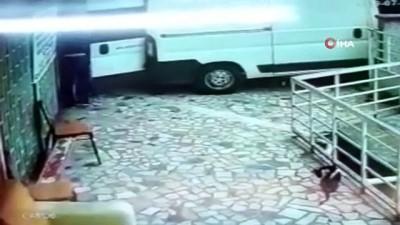 Ticari araçla hırsızlığa geldiler, alarm çalınca hızla kaçtılar...O anlar kamerada