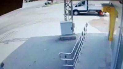 Otomobil ile kamyonetin çarpıştığı kaza kamerada
