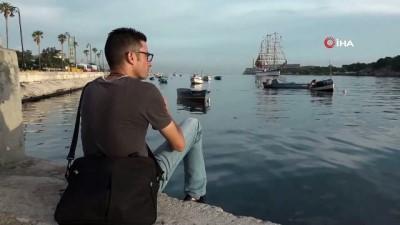 - Denizcilerin Yelken Direkleri Üzerinde Bulunduğu Donanma Gemisi Havana Ziyaretinde
