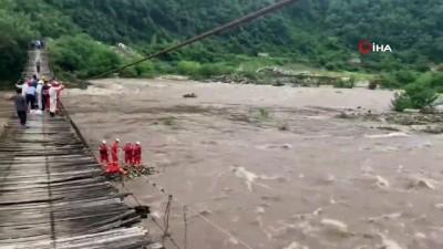 - Nehirde Mahsur Kalan Köylüleri İtfaiye Halatla Kurtardı