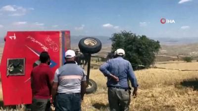 Çiftçiler devrilen römorku kendi imkanlarıyla kaldırdı