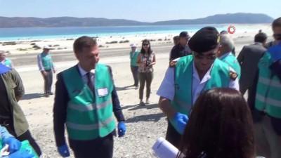 Yükümlülerden Salda Gölü'nde temizlik...3 römork çöp toplandı