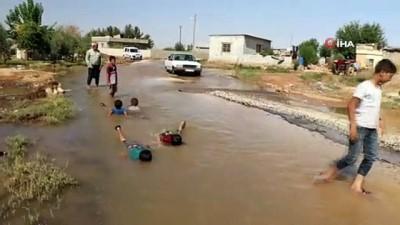 Çocuklar göle dönen sokakta böyle yüzdü