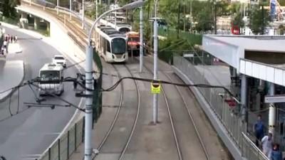 - Zeytinburnu'nda tramvay raydan çıktı