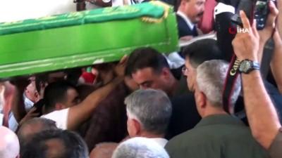 Kazada yaralanan Emniyet Müdürü eşini son yolculuğuna sedye üzerinde uğurladı