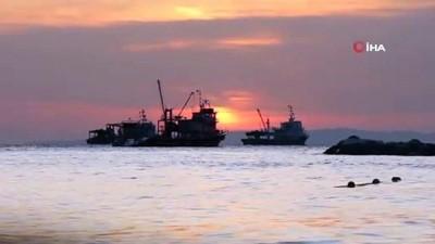 Balıkçıların kartpostallık gün batımı manzarası havadan görüntülendi