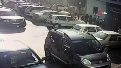 Acemi sürücü fren yerine gaza basıp hastaneye böyle daldı